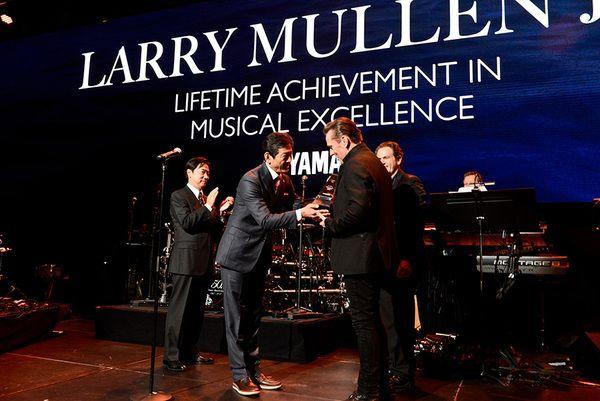 U2 > News > Lifetime Achievement, Larry Mullen Jr. - Larry was in Los Angeles this weekend, honoured with a Lifetime Achievement Award from Yamaha.