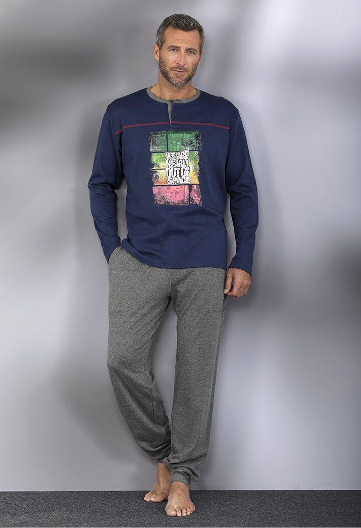 "Pijama dos piezas. Pantalón largo liso ajustado en el tobillo. Camiseta manga larga, cuello redondo ""we are nearly out of space"". #men #homewear #pijama"