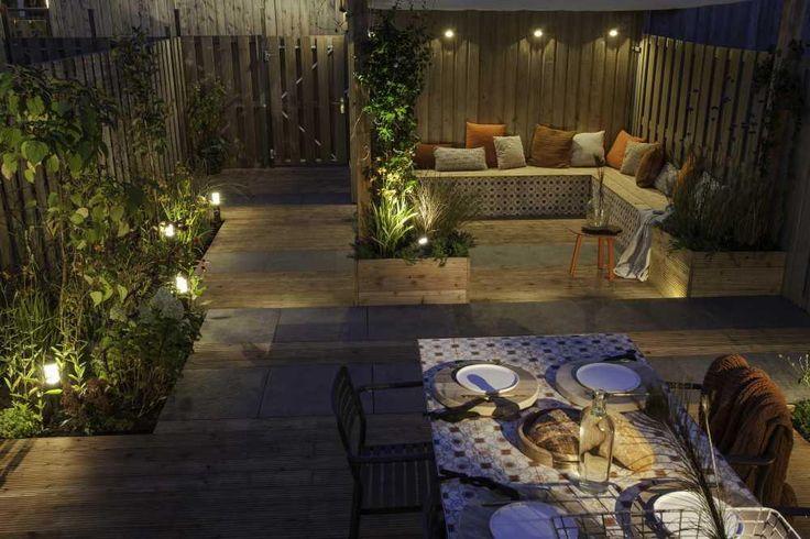 Loungehoek verhoogde beplanting. Eigen huis & tuin, verlicht met mooi licht van in-lite