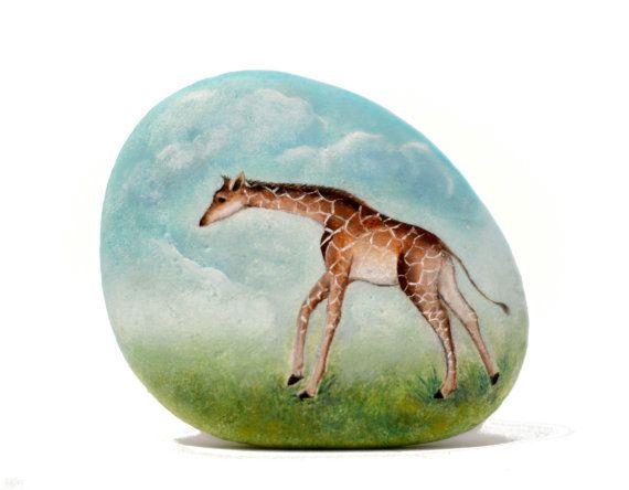 Pietra, dipinto sasso dipinto a mano. Giovane giraffa