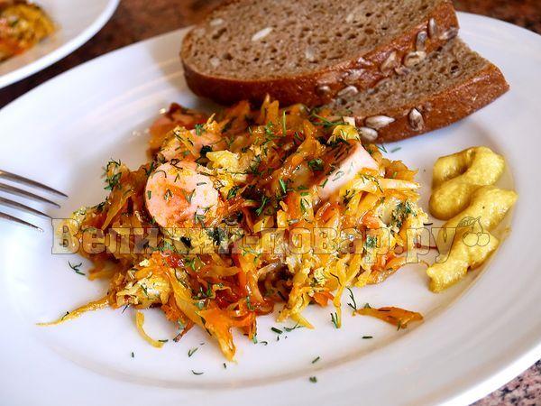 «Баварский ужин»: жареная капуста с сосисками и яйцом - пошаговый рецепт с фото от сайта «Великий повар»