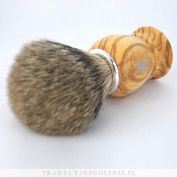 Najwyższej klasy niemiecki pędzel do golenia Muhle z najwyższej jakości ręcznie selekcjonowanego włosia borsuka (SILVERTIP). Rączka wykonana jest z prawdziwego drewna z drzewa oliwnego, na rączce logo Muhle.