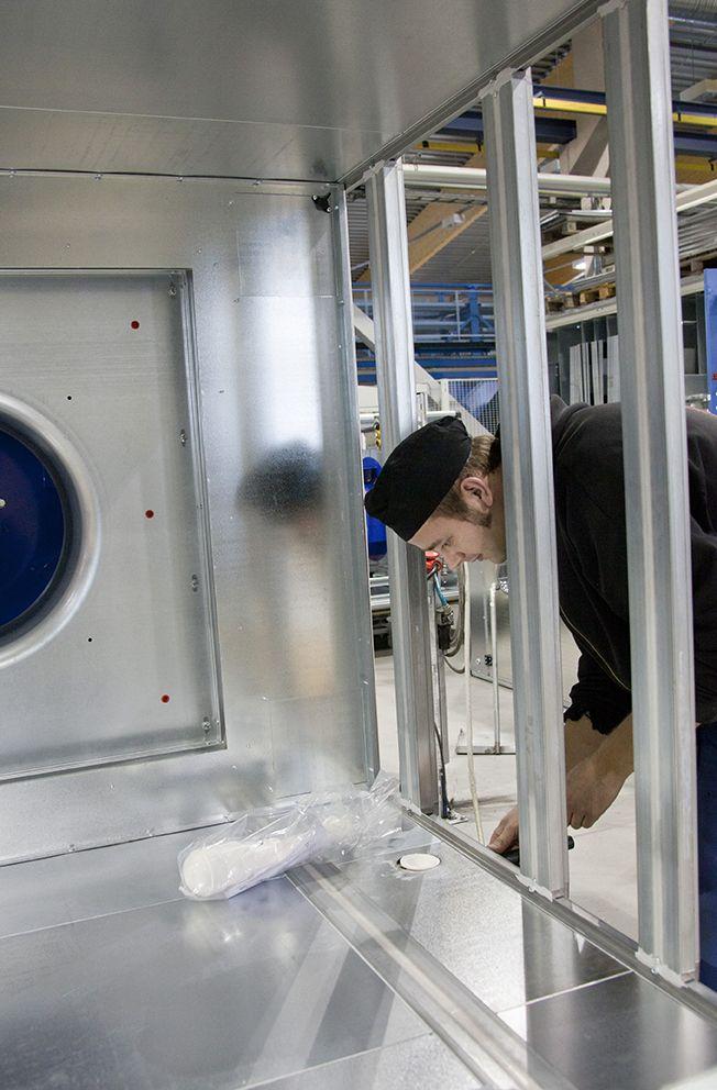 Koneet valmistetaan Jalasjärven tuotantolaitoksessa. Tuotannossa on jonkin verran myös käsityövaiheita.