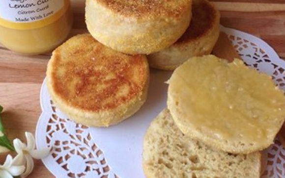 Engelske muffins. Ca. 14 stk.: 15 g gær 3 dl vand 1/2 tsk. natron Ca. 500 g hvedemel 2 æggehvider 1 tsk. salt Groft majsmel eller grahamsmel til drys