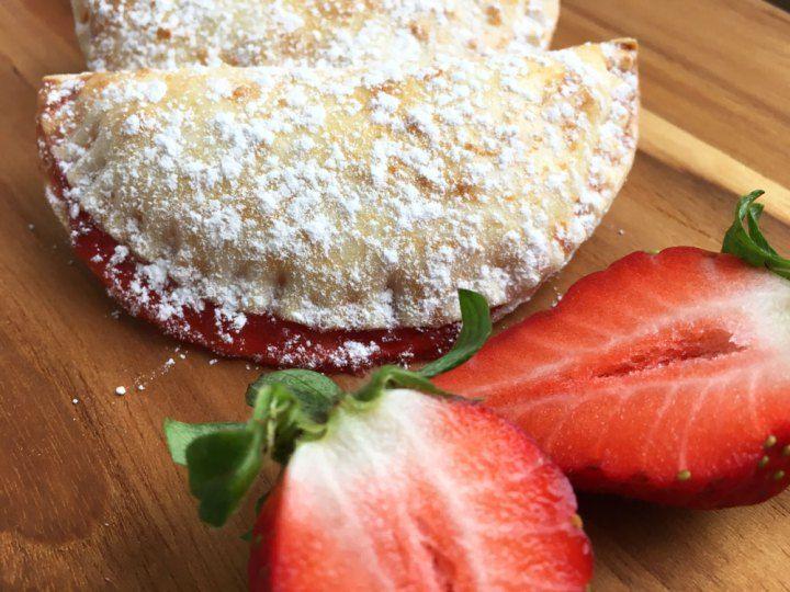 Strawberry hand pies recetas delikatissen postres rápidos postres fáciles postres delikatissen fresas empanadillas de fresasPost: Strawberry hand pies (empanadillas de fresas) --> empanadillas de fresas, fresas, postres delikatissen, postres fáciles, postres rápidos, recetas delikatissen, strawberry hand pies, strawberry pie, strawberries, home made, food styling