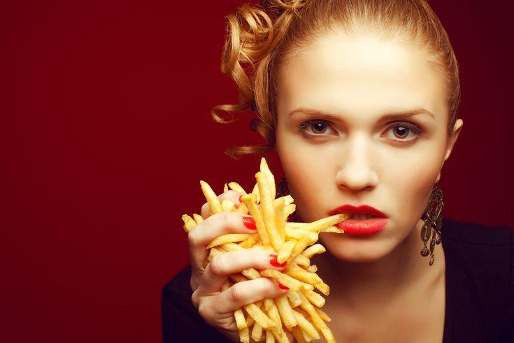 Tutkimus+väittää:+Ranskalaiset+eivät+maistu+naisille+komean+miehen+seurassa+–+naiset+tyrmäävät+väitteen