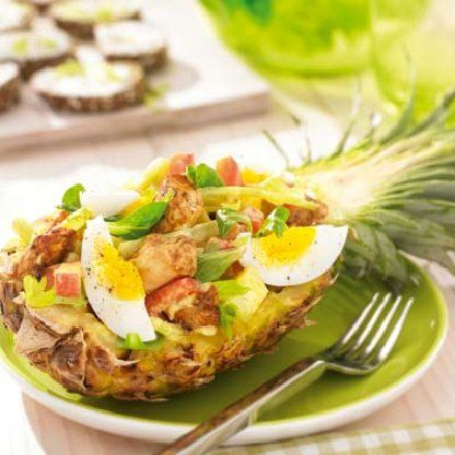 Ananas kip salade Ingrediënten: 2 stuks rijpe ananas 1 rode paprika 1 appel 1 bleekselderij 200 gram gemarineerde kipfiletblokjes 1 zakje veldsla 2 eieren 1 theelepel kerriepoeder 4 eetlepels fritessaus light (5% vet) snufje zout en peper 1 eetlepel olijfolie