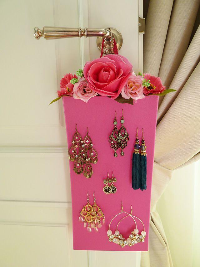 Si tratta di un romanticissimo porta orecchini fai da te, fatto con un paio di collant colorati, un coperchio di scatola di scarpe e qualche fiore finto.