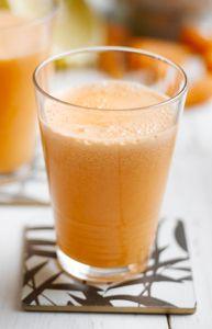 Centrifugato detox carote mela sedano (gambo e foglie)