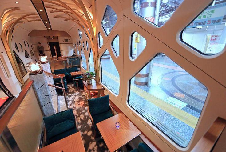 報道陣に公開されたJR東日本の豪華寝台列車「四季島」。ラウンジ車両=16日午後、東京・上野駅(桐原正道撮影)
