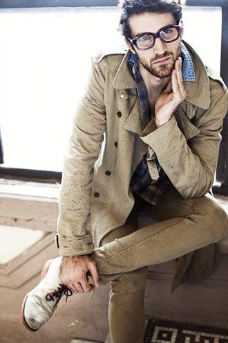 ベージュのトレンチコートにベージュのパンツ。同系色でまとめるファッション上級者。メンズ トレンチコートのコーデアイデア