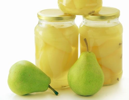 Für das Birnen-Kompott mit Stevia Birnen schälen, Stiel an der Frucht belassen. Wasser, Zitronen und Limonensaft, Limonenschalen und