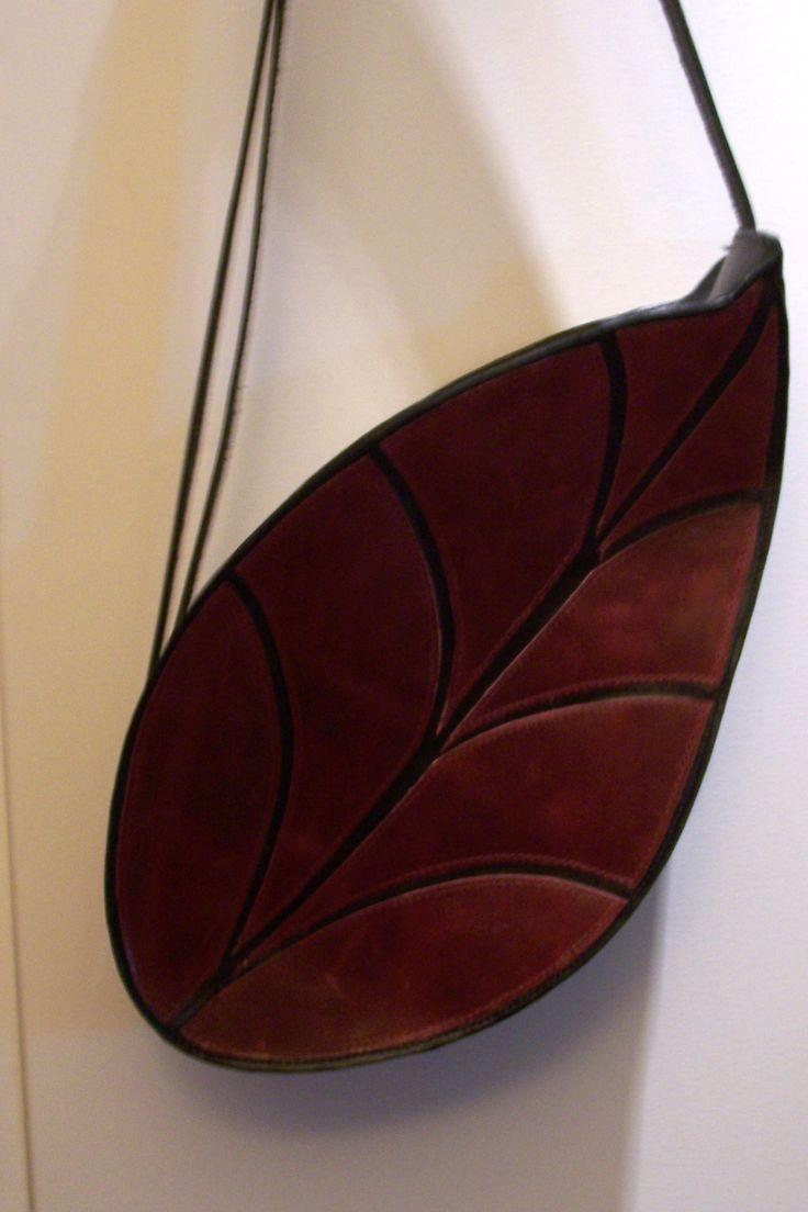 Modell Foglia: Direkt aus der Natur übertragen aufs Design. Alle Faben sind möglich, da meine Taschen individuell von mir handgearbeitet werden. http://www.emmanueldumas.de