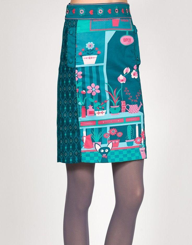 Falda estampada en tonos verdes y rosas, talles alto y recta.