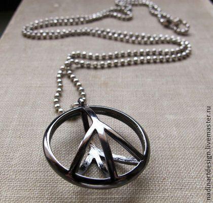 Ожерелье с подвеской `Символ мира`.