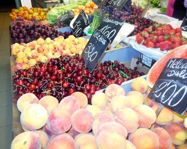 En el Mercado hay muchos fruterías. Las tiendas venden todos tipos de fruta y verduras como cerezas, manzanas y naranjas. En el verano, las sandias y cerezas son las más populares. Mac compró las cerezas por un precio muy barrato para su familia Española porque les gustan las.