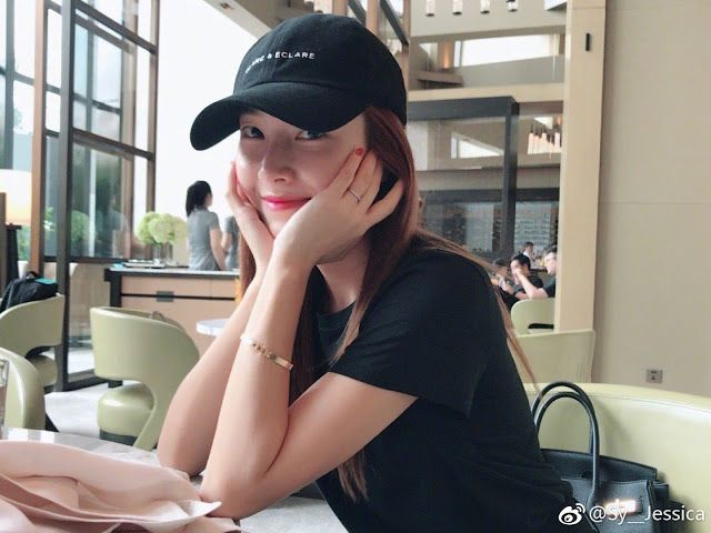 Hello from the pretty Jessica Jung!