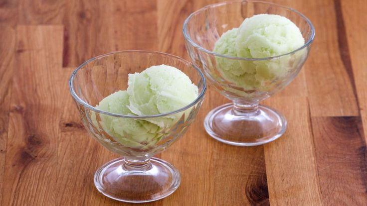 Refrescante receta de helado casero paso a paso de Sorbete de manzana verde, un postre delicioso elaborado por la repostera canadiense Anna Olson.