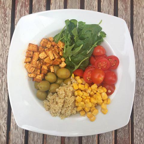 mega ensalada con:  -espinacas  -rúcula  -tomates cherry  -aceitunas  -maíz  -tofu con especias -quinoa    Riquísima!😋 #vegan #vegano #vegetarian #veganfood #vegetariano #healthylife #quinoa #tofu #ensalada #vegadona