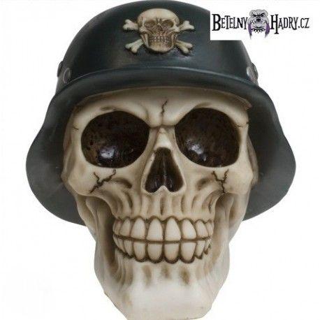 Pokladnička ve tvaru lebky s německou helmou dozdobenou další malou lebkou.