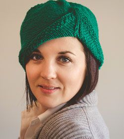 Hayworth Hat Knitting Pattern, inspired by the the 1940s. Get the pattern at kraftling.ca.