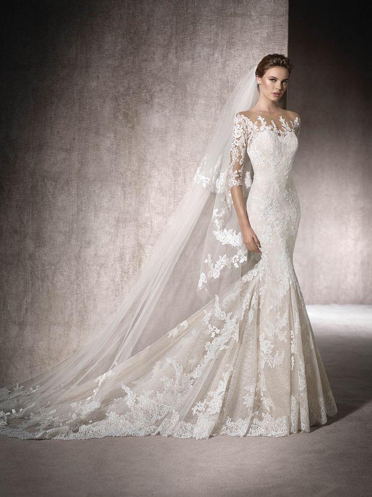 La manica tre quarti e l'effetto seconda pelle caratterizzano l'abito da sposa MAITE, a sirena. In tulle, pizzo e ricami, con doppia scollatura