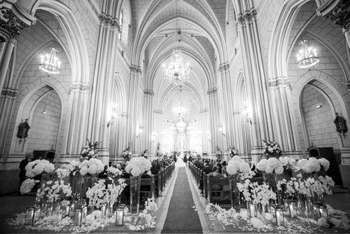 Decoración de bodas con flores - Espectacular entrada decorada con flores, pétalos y velas | Bourguignon Floristas