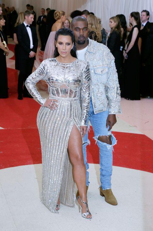 Kim Kardashian en robe Balmain sur-mesure et bijoux Lorraine Schwartz et Kanye West en Fear of God au gala du MET Ball 2016