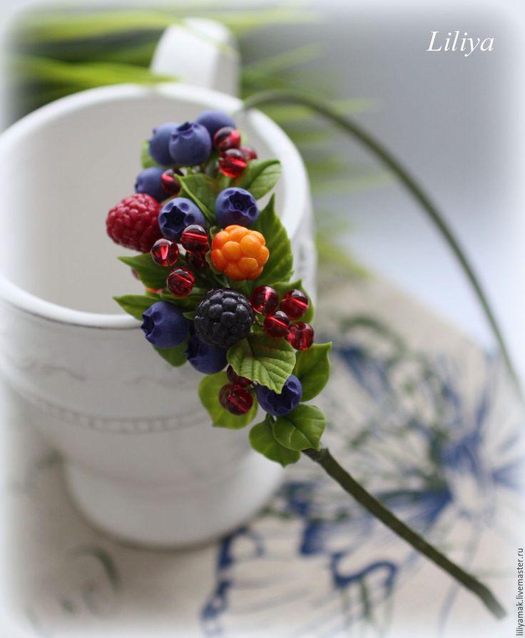 Купить или заказать Ободок 'Ягодное лукошко' в интернет-магазине на Ярмарке Мастеров. Ободок с ягодами черники, малины, ежевики и морошки ручной работы из японской глины, дополнен красными стеклянными бусинками, которые вспыхивают на солнышке, удачно дополняя композицию. Ободок в минималистичном стиле, на голове видна только ягодная веточка, основы практически не видно.