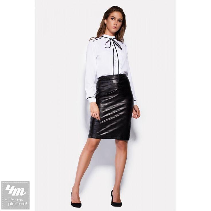 Блуза Cardo «ERICSON»   Состав: Полиэстер - 100% (креп-шифон)  Оригинальный стиль можно придать даже деловой одежде. Блуза из белоснежной ткани креп-шифона имеет массу элементов, подтверждающих это. Планка спереди блузы украшена рюшами, которые проходят и вдоль воротника. Отделка тонким черным кантом придает блузочке изюминку, верхом которой служит тесьма-завязка на воротнике. Маленькие белые пуговки застегивают блузу по планке, и рукава на манжетах.  Перейти на страницу товара…
