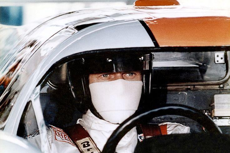 """Steve McQueen sur le tournage du film """"Le Mans"""" © photo by : Lion André de Lourmel"""
