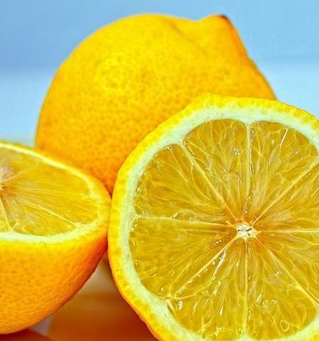 Rimedi naturali: 7 modi per utilizzare la buccia di limone
