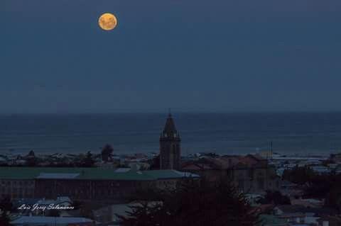 Luna en Estrecho De Magallanes, Chile.