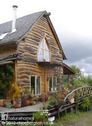 Esta es la preciosa casa de Ben Law en Prickly Nut Wood, en Inglaterra. Con estructura abovedada de troncos castaño dulce, muros de pacas cebada y quinchas y tejado de tejas hechas a mano. Puedes ver más fotos y un vídeo de esta casa en:  www.naturalhomes.org/es/homes/benlaw.htm