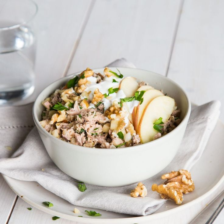 Mit knackigem Apfel, knusprigen Walnüssen, einer Portion Thunfisch und erfrischendem Joghurt machst du deinen Salat zu einem echten Fitness-Salat.