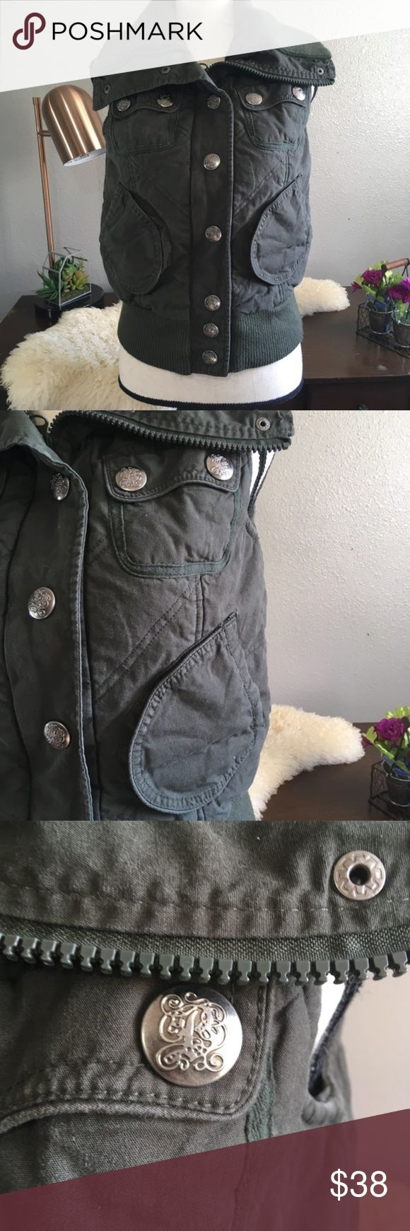 Jack by BB Dakota Dark Green Utility Vest Puffer Gorgeous utility vest from Jack by BB Dakota size small true to size. Good condition free of stains tears and holes. Made of 100% cotton with a 100% polyester lining. Big detailed buttons and large pockets with a tall neck. Very cute and practical since it's super warm. Measurements upon request. Jack by BB Dakota Jackets & Coats Vests