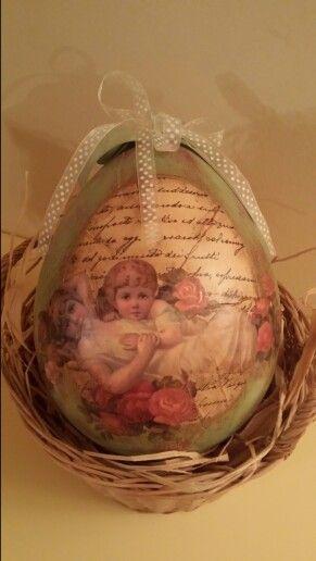 Uovo in polistirolo decorato con sfondo in shabby e decoro a decoupage.