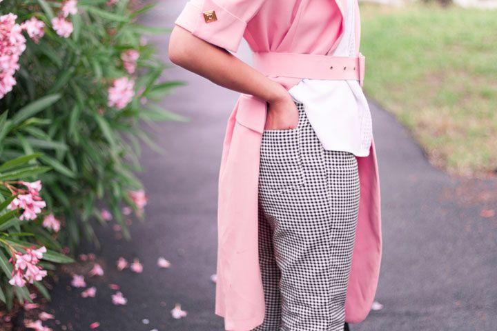 Trench rose pastel et pantalon vichy – Trois heures vingt