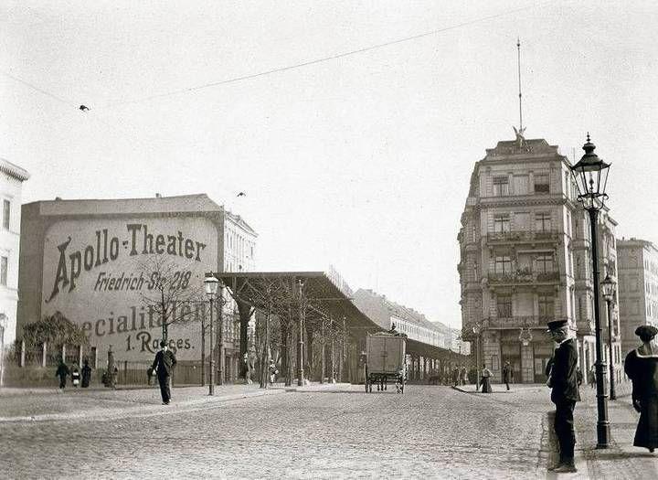 Autofreie Stadt. Berlin ist auf den Aufnahmen von Eckenstehern, Spaziergängern und Menschen mit Lastwagen bevölkert. An der Gitschiner Straße (großes Bild)stand um 1900 der Anfangsbau der Hochbahn.