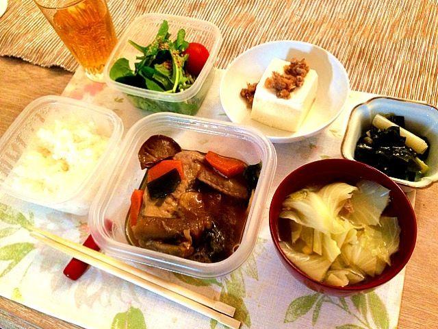 平日は大体一人ご飯なので、お皿がタッパーだったり(^_^;) - 2件のもぐもぐ - 手羽先の煮物、ルッコラときゅうりのサラダ、豆腐の肉味噌がけ、キャベツスープ by まろ