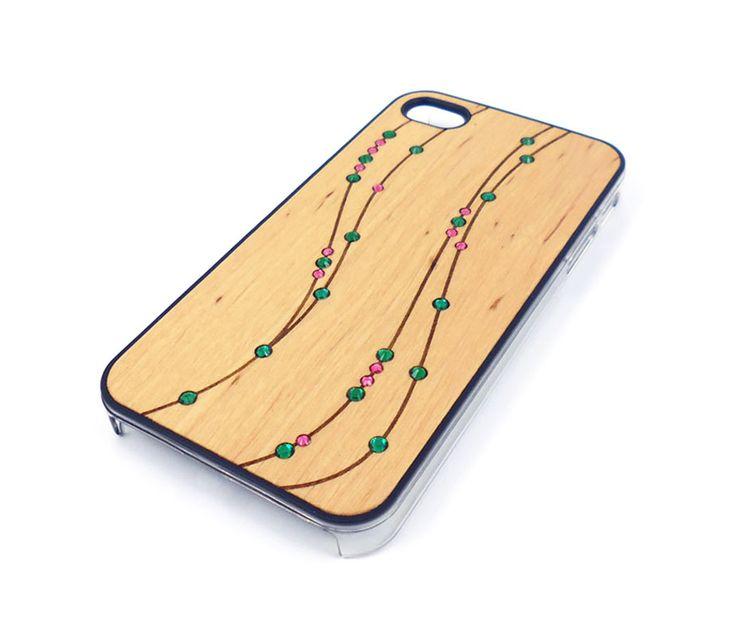 Θήκη με πλάτη από φυσικό ξύλο, με διακόσμηση από πολύχρωμα strass και διάφανο πλαστικό περιμετρικά. Μία πραγματικά ξεχωριστή θήκη που θα τραβήξει τα βλέμματα, ενώ ταιριάζει θα δώσει ένα πολύ κομψό στυλ στο κινητό σας.