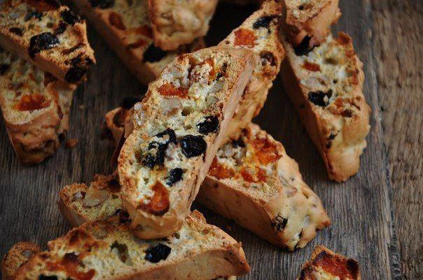 Бискотти - это знаменитая итальянская сладость, которую очень легко приготовить в домашних условиях. Тесто для бискотти формуют в виде батона и отправляют в духовку, а после разрезают на ломтики и снова выпекают (название «Бискотти» так и переводится - «печенье, выпеченное дважды»). Добавки для печенья могут быть самыми разными, традиционно - это сухофрукты и миндаль. Очень популярно в последнее время добавлять в тесто шоколад, или же просто после выпечки обмакнуть бискотти в растопленный…