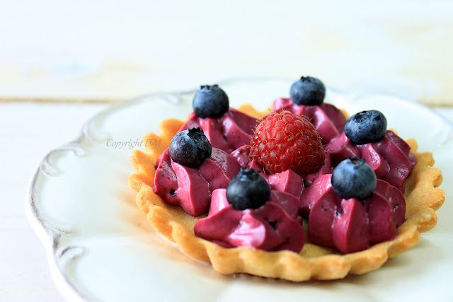 Tartlets with creamy white chocolate and black currant
