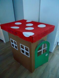 Paddestoel met open achterkant. Gemaakt van een grote doos, waar kinderen in kunnen zitten.
