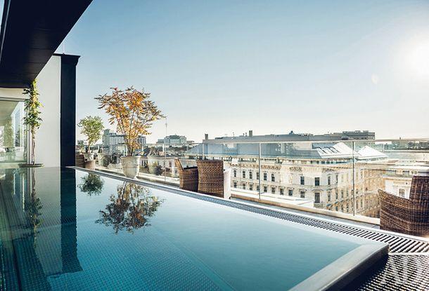 Бассейн на крыше — когда еще удастся поплавать, глядя на панораму Вены?