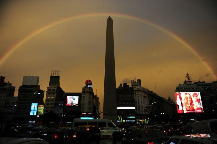 Un enorme arco iris se observa sobre en el cielo de la ciudad de Buenos Aires, Argentina, luego de una intensa tormenta hoy ciernes 14 de marzo de 2014. (Juano Tesone)