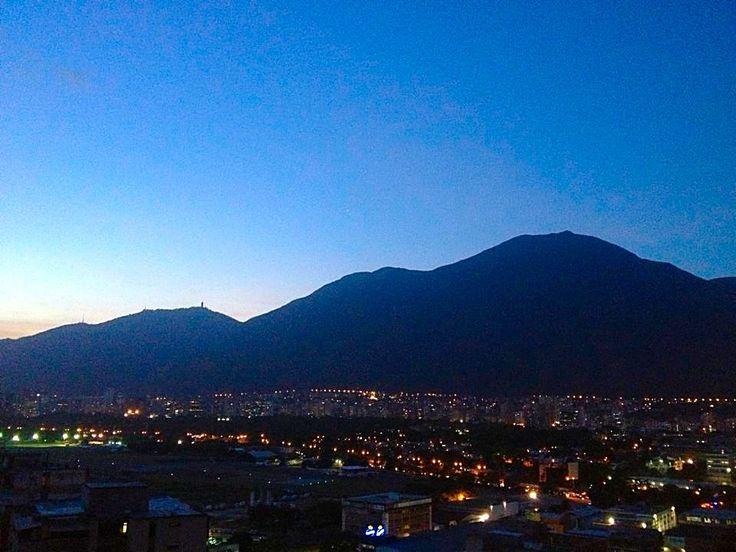 Vista nocturna del Cerro El Avila
