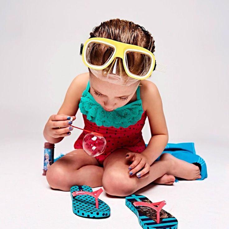 Opblaasfiguren badpakken en zwembroeken en slippers slippers slippers. Leuke kindermode vind je in Kek Mama.  Fotografie Mark Groeneveld | Styling Jasmijn Braber | Visagie Marja Hermes  #kekmamamagazine #kekmama #kindermode #kind #shopping #styling #inspiratie #zomer #kekmama8