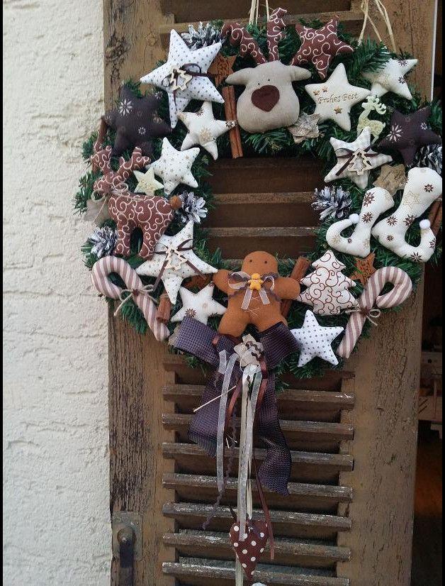 Künstlicher Tannenkranz zur Winterzeit, geschmückt mit verschiedenen Satinschleifen, Stoffsternen, , Rentier , Tannenbäume, Holzsternen, Weihnachtskugeln, Filzsternen, Stoffherzen,...