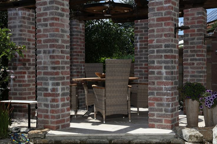 romantisches Flair mit Maurino Riemchenstein als Gartenmauer — braun-steine